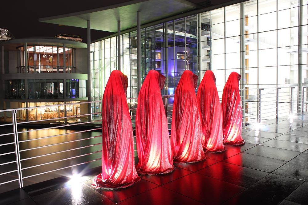 Festival of Lights - Reichstag Regierungsviertel Berlin - Die Waechter der Zeit von Manfred Kielnhofer